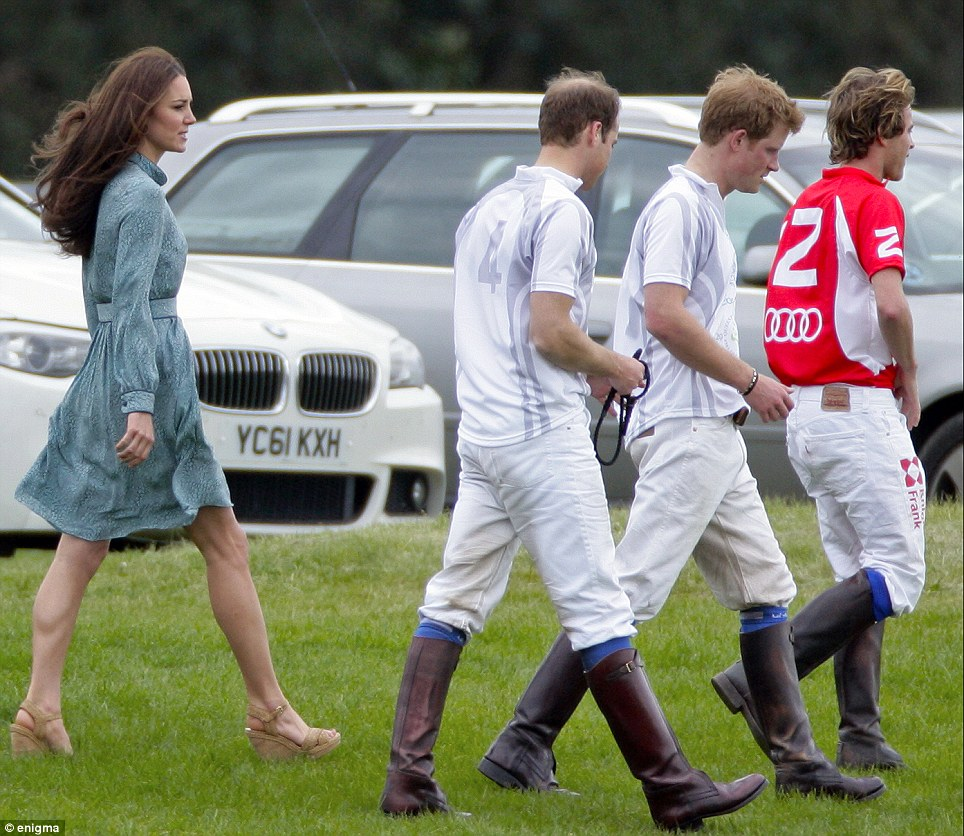 kate middleton wears lib lula dress and stuart weitzman wedges to polo match ldnfashion. Black Bedroom Furniture Sets. Home Design Ideas